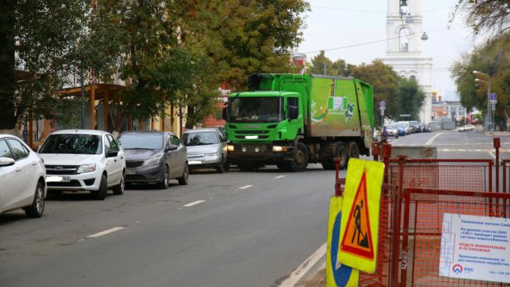 В Самаре на Фрунзе мусоровоз «прижал» ВАЗ