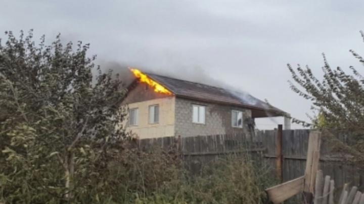 В Волжском полицейские вывезли семью из охваченного огнем дачного поселка