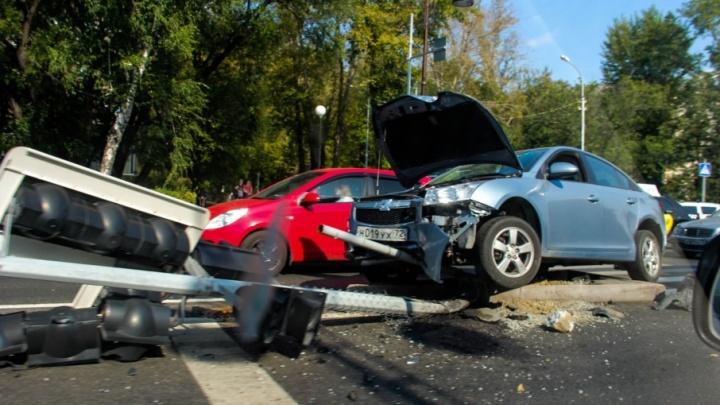 Авария на пересечении Республики и Одесской: одна из иномарок после столкновения сбила светофор