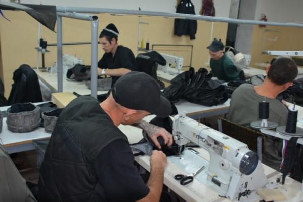 Заключенные рады возможности заниматься полезным делом и зарабатывать