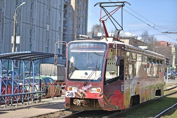 На трамвае нарисованы георгиевские ленты и гвоздики