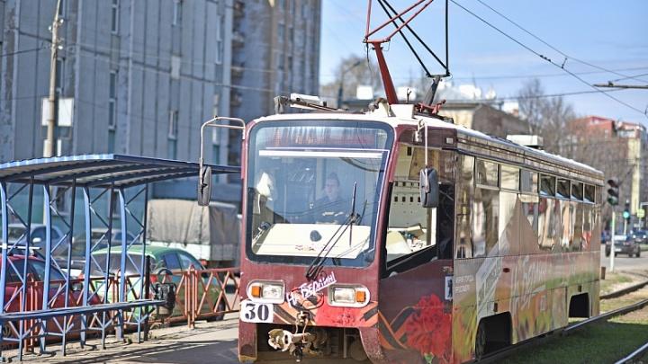 «На Берлин»: по Ярославлю начал ездить праздничный трамвай