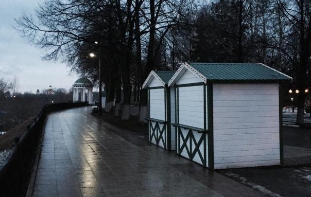 Домики-шале с новогодней ярмарки отвезли на ярославскую Стрелку