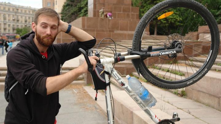 Укатил от урагана: велотурист из Саратова транзитом через Челябинск проследовал на Байкал