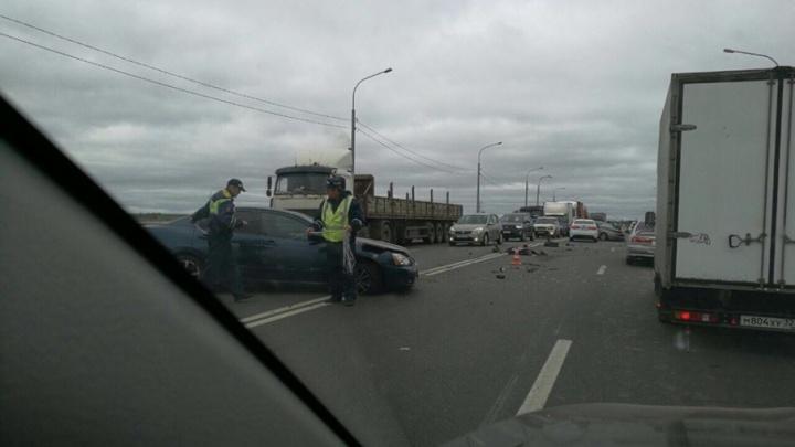 Тройное ДТП на окружной в Ярославле: от сильного удара машины раскидало по всей дороге