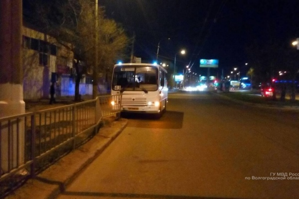 Автобус врезался в ограждение возле остановки