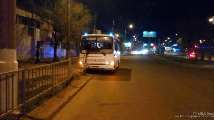 В Волгограде автобус врезался в забор: женщина, подросток и маленький мальчик в больнице