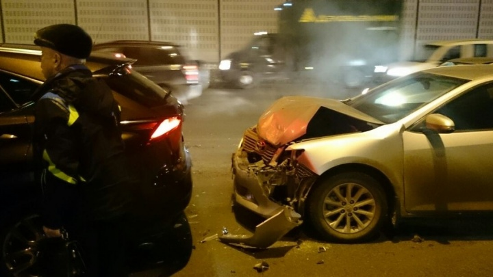 """12 машин и 13-я - реанимация: на Россельбане произошла массовая авария-""""паровозик"""""""