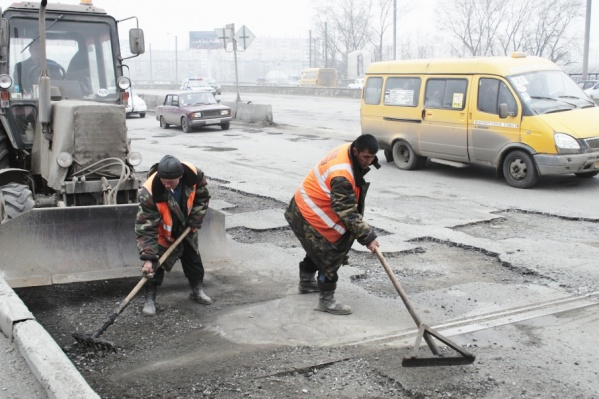 Погода в Челябинске уже позволяет латать ямы на дорогах