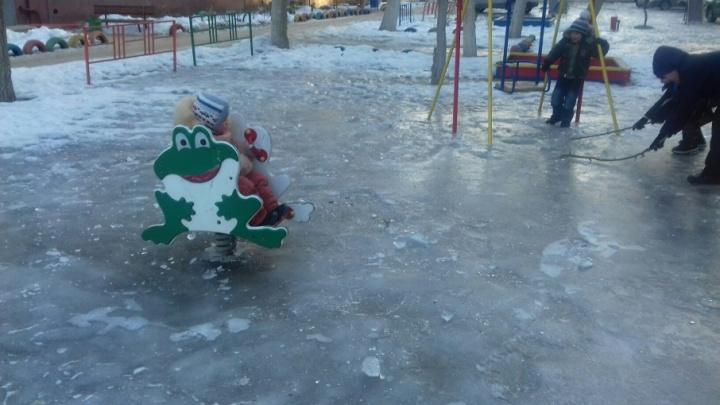 Детские площадки Волгограда превратились в бесплатный каток