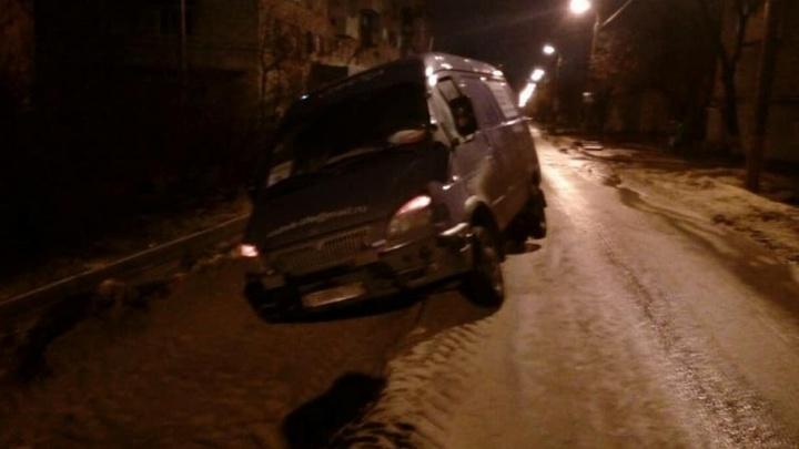 Улица в Дзержинском районе Волгограда превратилась в ловушку для авто