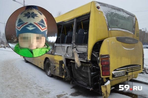 Антон сидел в автобусе на последнем ряду