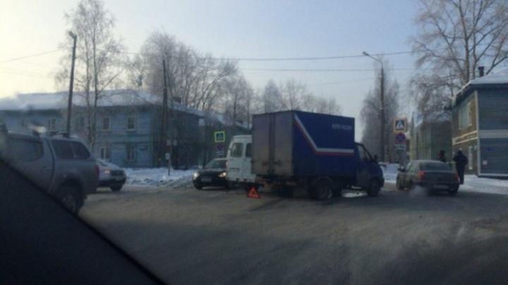 В Архангельске грузовик «Почты России» столкнулся с «Газелью» судебных приставов