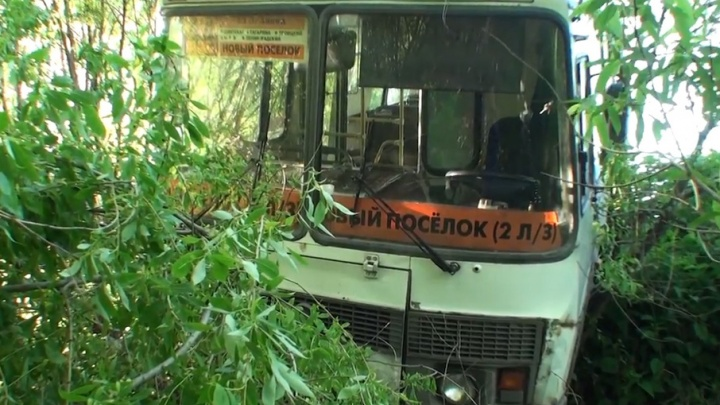 В Архангельске автобус с пассажирами слетел с дороги