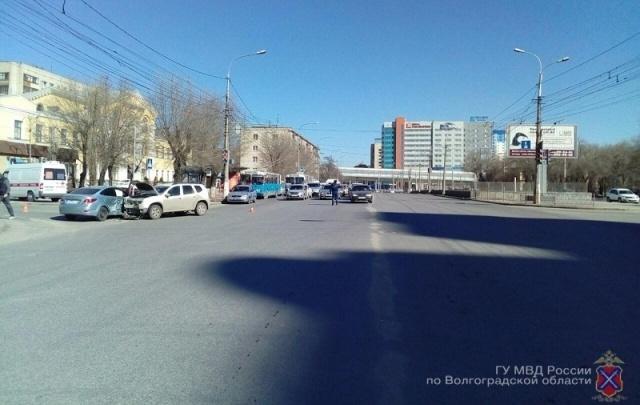 В Волгограде женщина на иномарке протаранила кроссовер