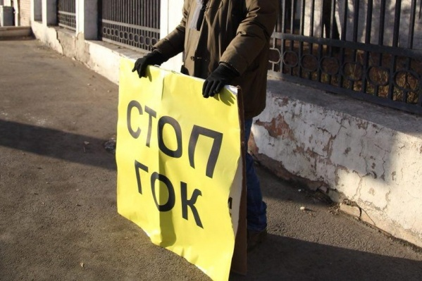 С такими плакатами активисты вышли на маршрут президента и были задержаны полицией