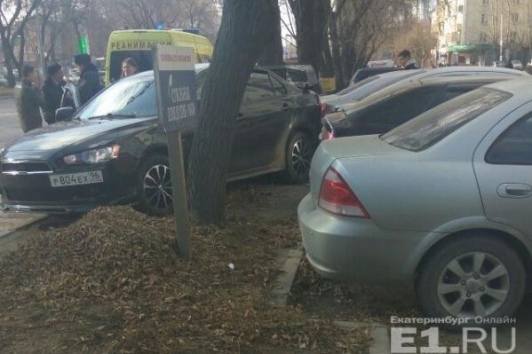 Mitsubishi вылетел с дороги на припаркованные авто.