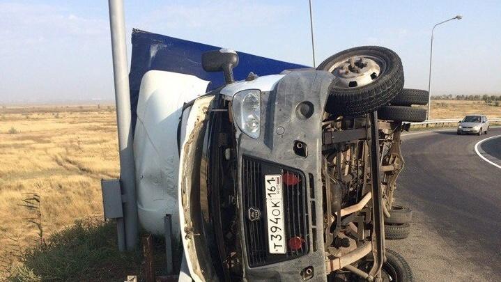 «Газель» перевернулась на трассе в Ростовской области