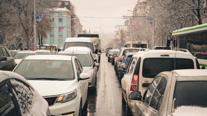 Снегопад спровоцировал в Ростове многокилометровые пробки