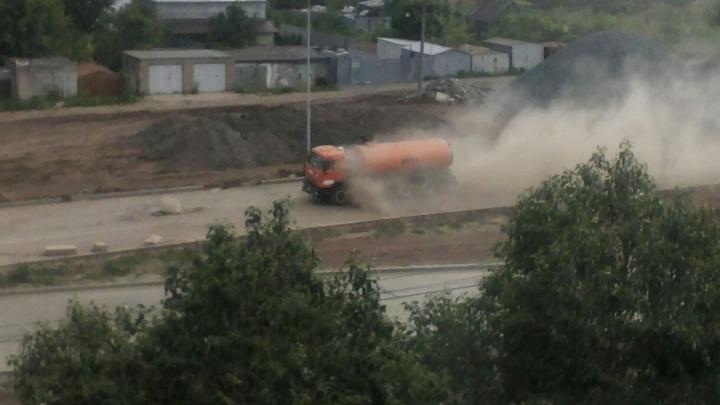Пыль столбом: жители Самары пожаловались на уборку новой дороги на улице Ташкентской