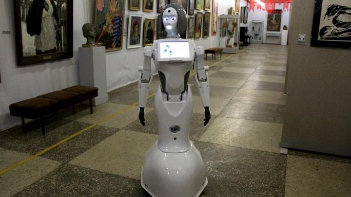 Волгоградский музей ИЗО принял на работу робота Кики из Москвы