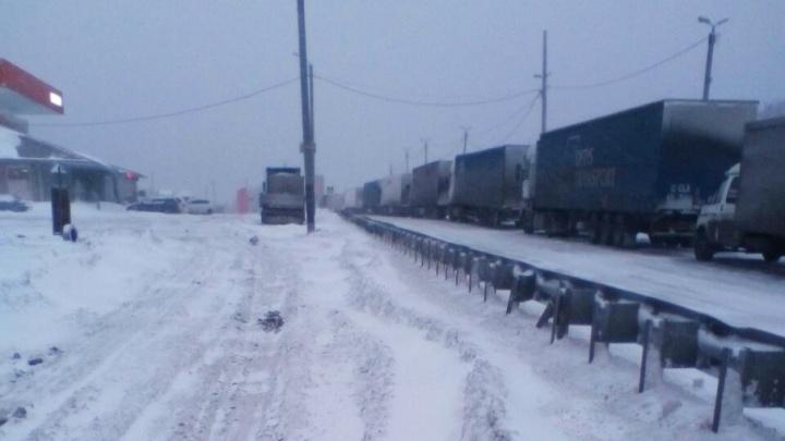 «Не выпустят на трассу до утра»: для большегрузов на Южном Урале продлили ограничение движения