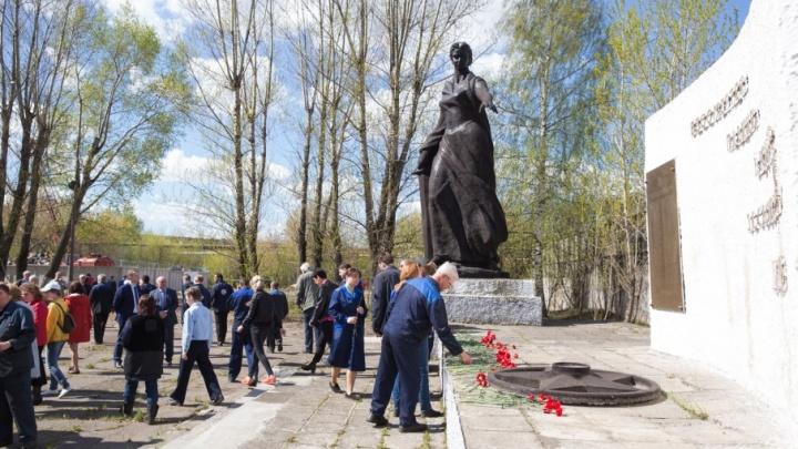 В Ярославле ко Дню Победы отмыли от птичьего помёта монумент «Родина-мать»