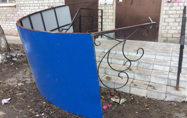 В Боровском металлический козырек подъезда рухнул у ног четырехлетнего ребенка