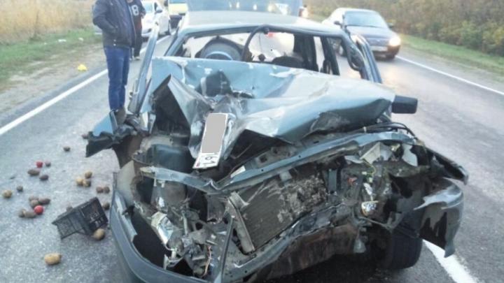 В Аксайском районе столкнулись «четырнадцатая» и МАЗ: пострадал водитель легковушки