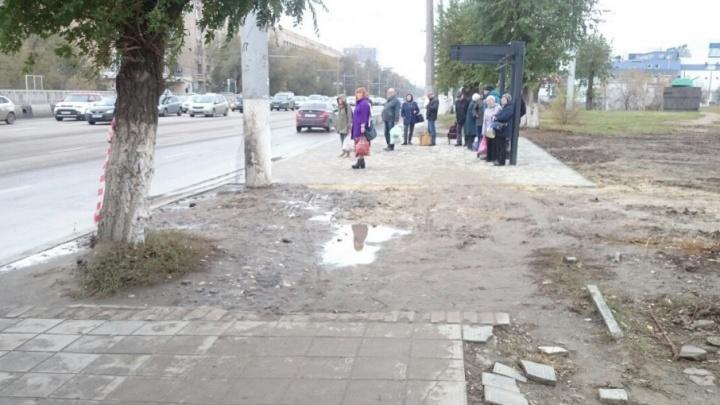 В Волгограде новые остановки окружили непролазной грязью
