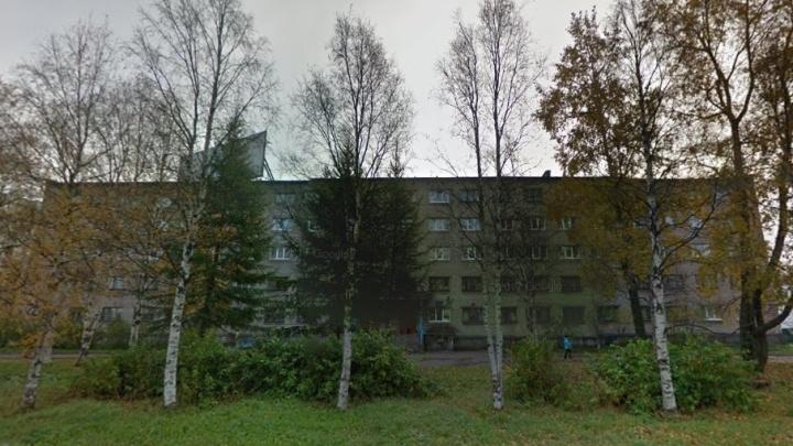 Из-за стройки жители пятиэтажки в центре Архангельска второй месяц сидят без воды