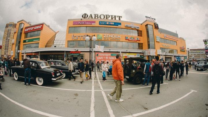 Легендарная «Чайка», самодельный «Москвич»: фоторепортаж с выставки ретромашин в Тюмени