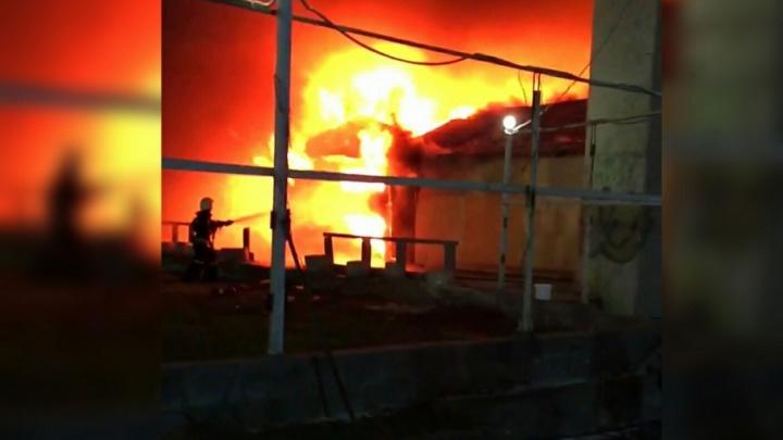 Склад кафе «Лукоморье» сгорел в Краснооктябрьском районе Волгограда