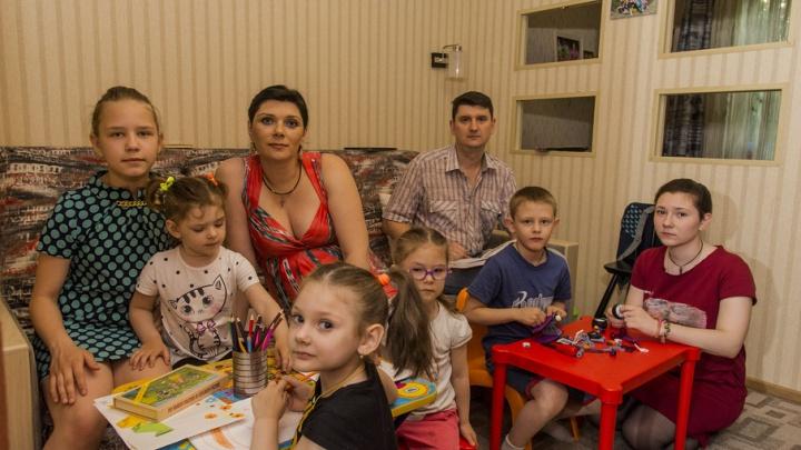 «Все они – наши дети»: многодетная ростовская семья взяла под опеку троих ребят