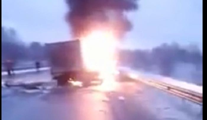 Серьезное ДТП на тюменской трассе: «Газель» загорелась после столкновения с микроавтобусом