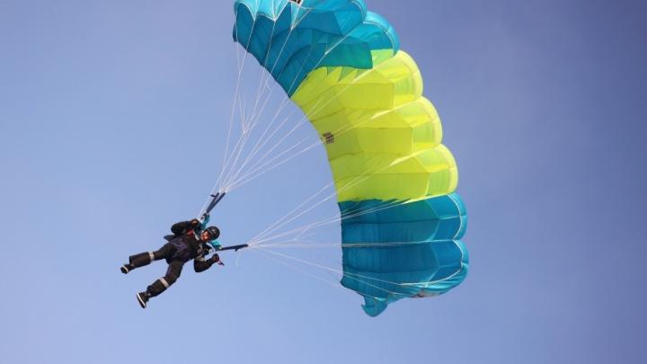 С 1200 метров попасть в маленький круг: в Челябинске проходят соревнования парашютистов