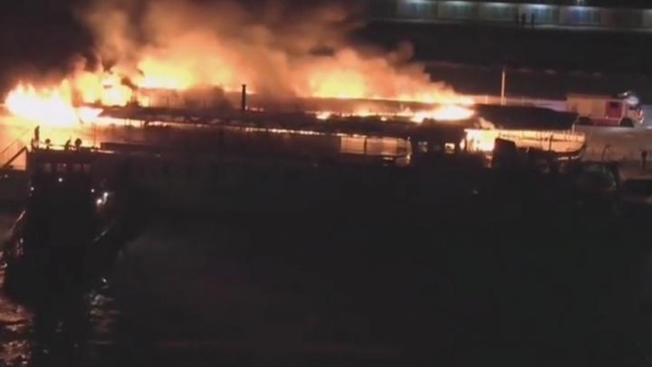 «Слышны хлопки»: в Москве у Нагатинской набережной загорелся теплоход
