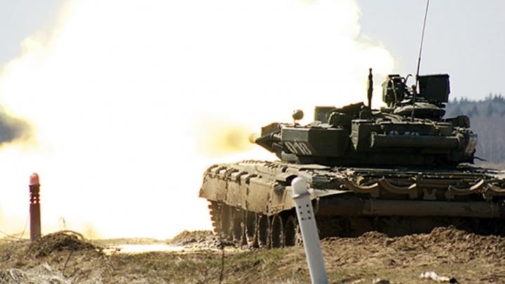 На полигоне под Волгоградом идут стрельбы с участием 10 танков