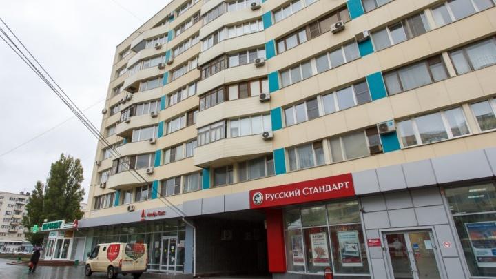 Украшенный к ЧМ-2018 дом в центре Волгограда утопает в канализационных стоках
