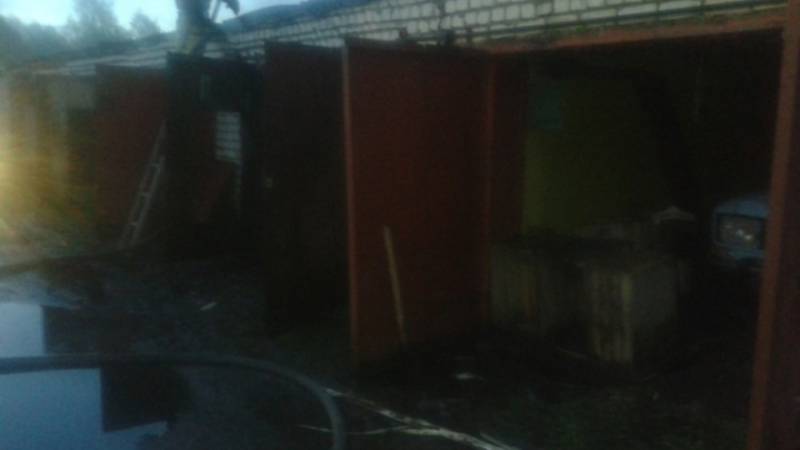 В Рыбинске ночью загорелся гаражный комплекс: огонь повредил машины