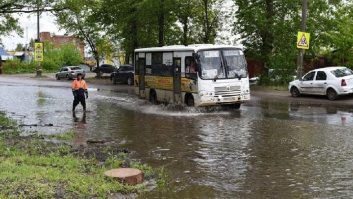 Коммунальщики разгребают последствия ливня в Ярославле