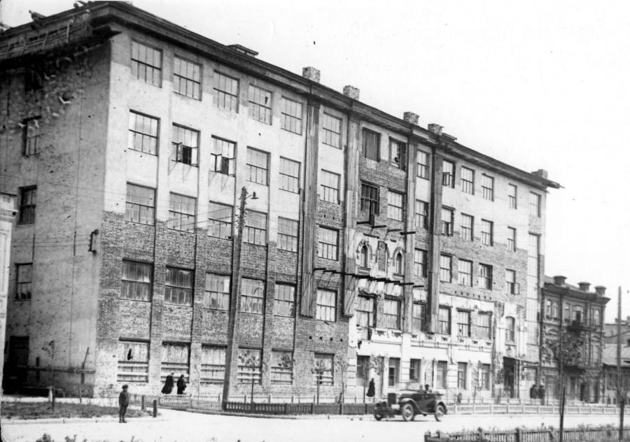 Здесь размещался Свердловский областной комитет профсоюзов работников государственных учреждений СССР.