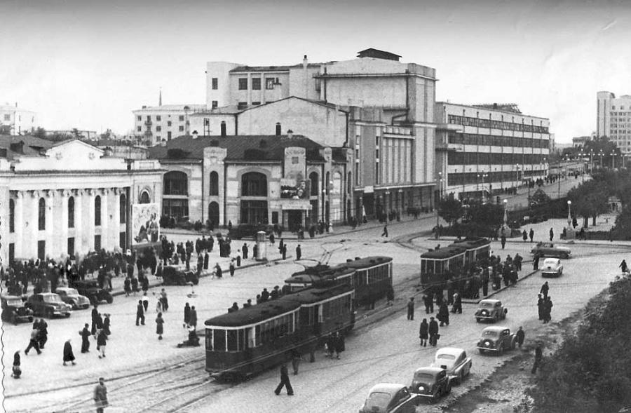 Узнаёте? Всё тот же перекрёсток Ленина и Карла Либкнехта. Слева «Колизей», на другой стороне улицы Театр музкомедии, дальше Дом печати.