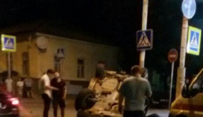 Иномарка перевернулась во время ДТП в Пролетарском районе