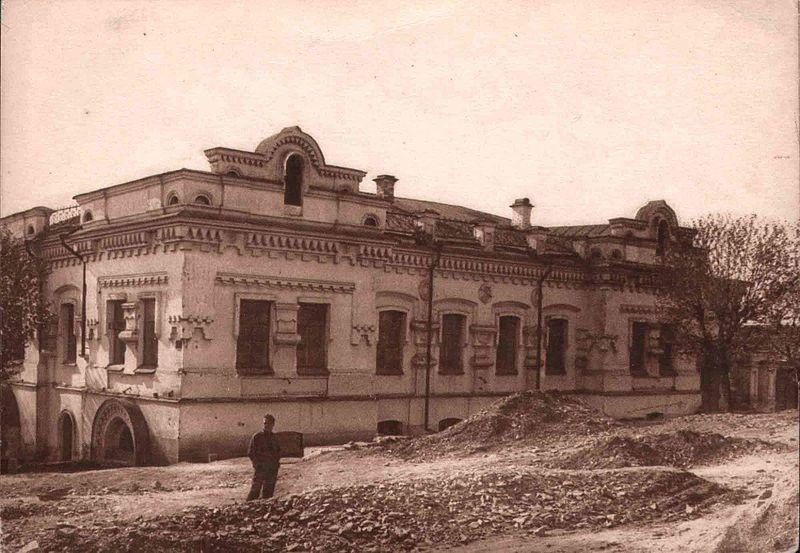 Дом Ипатьева в 1928 году. Первые два окна слева и два окна с торца — комнатацаря, царицы и наследника. Третье окно с торца — комната великих княжон. Внизу под ней — окно подвала, где были расстреляны Романовы.