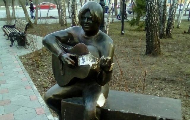 Вандалов, сломавших скульптуру «Парень с гитарой», ищет тюменская полиция