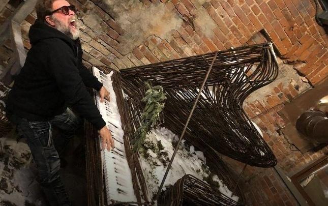 «Музыка — это пища любви»: Борис Гребенщиков «сыграл» в Перми на рояле из лозы