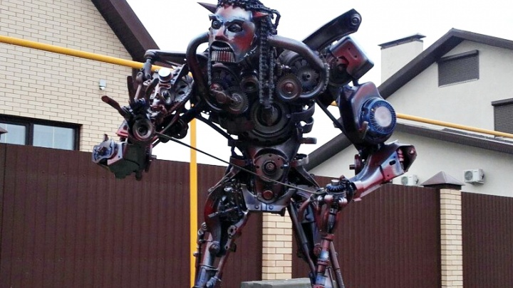 Шестеренки, цепи и поршни: в Сызрани механик наладил производство роботов из автозапчастей