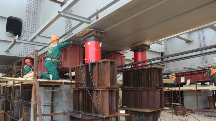 В Самаре Фрунзенский мост готов на 30 процентов: строители завершают возведение опор
