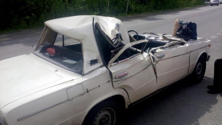 Снесло крышу: ВАЗ влетел в грузовик в Магнитогорске